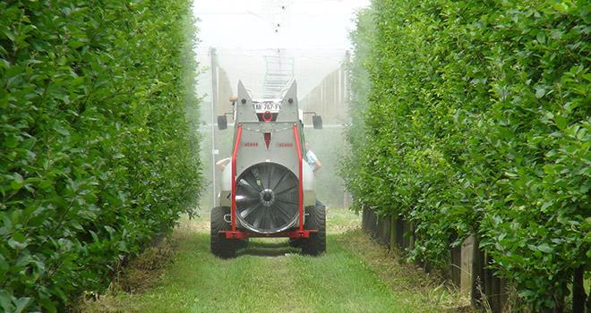 Le Gouvernement entend renforcer les modalités d'épandage pour protéger les agriculteurs, les riverains et les pollinisateurs. Photo : F. Roussel/Média et agriculture