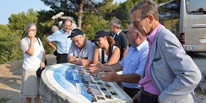 """Après l'exploitation et le site d'expédition, le bus a conduit les visiteurs au belvédère de Blauvac (84), où se trouve notamment la stèle """"grappe AOC-AOP muscat du Ventoux""""."""