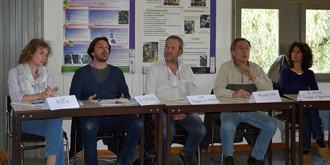 Cinq metteurs en marché et une dizaine de producteurs bio se sont retrouvés ce lundi 20 avril autour du raisin de table bio.
