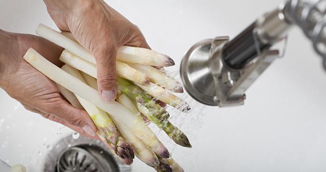 Pour consommer des fruits et légumes en toute sécurité, l'Anses conseille de les rincer à l'eau claire, et, si besoin, de les cuire à 63°C. Photo : plprod/Adobe stock