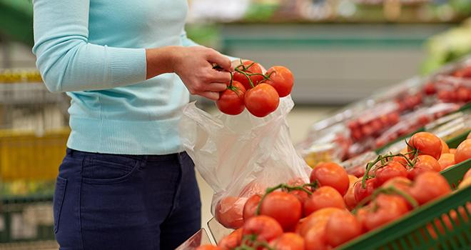 Selon l'enquête annuelle de Familles rurales, le prix de la tomate grappe conventionnelle a bondi de 30% sur un an. Photo : Syda Productions/Adobe Stock