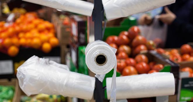 L'avis de l'Ademe concerne les sacs d'emballage pour fruits et légumes disponibles en magasin : sacs plastiques biosourcés et compostables domestiquement, sacs papier et hybride et les sacs réutilisables en plastique ou en tissu. Photo : markara/Adobe Stock