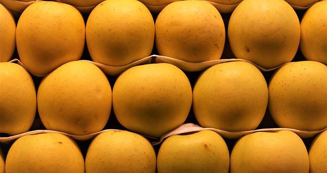 Les stations fruitières demandent aux clients de privilégier les commandes en plateau plutôt que les emballages en plus petits lots pour faciliter et accélérer le travail. Photo : touil/Adobe stock