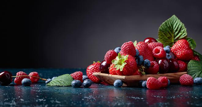 Depuis plusieurs années, les petits fruits rouges frais sont plébiscités par les consommateurs français et européens. Photo : Igor Normann/Adobe Stock
