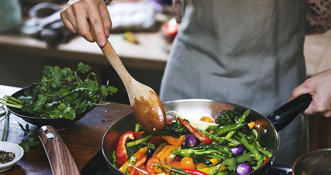 En se recentrant sur une alimentation saine, les ménages européens ont recherché activement de nouvelles recettes pendant le confinement. Photo : Rawpixel.com/Adobe stock