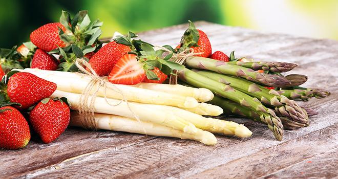 La communication autour des difficultés des filières asperges et fraises a réussi à relancer leur consommation selon FranceAgriMer. Photo : beats_/Adobe stock