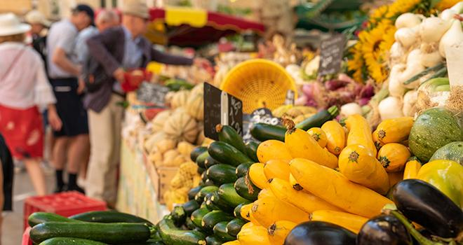 Le protocole sanitaire doit permettre aux préfets et aux maires d'accorder les autorisations d'ouverture des marchés alimentaires qui répondent à un besoin d'approvisionnement de la population. Photo : salita2010/Adobe stock