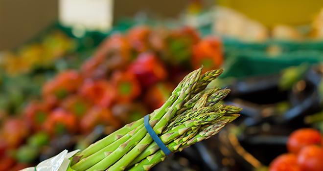 Intermarché s'engage à mettre en avant la production française, et notamment, les asperges. Photo : Natalia/Adobe stock
