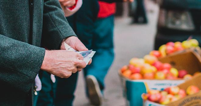 Face à la multiplication des vendeurs à la sauvette, les 807 primeurs parisiens, en magasin ou sur marché, demandent par la voix de Saveurs Commerce, que soit rétablie une concurrence saine et loyale. Photo AndriiKoval/Adobe Stock