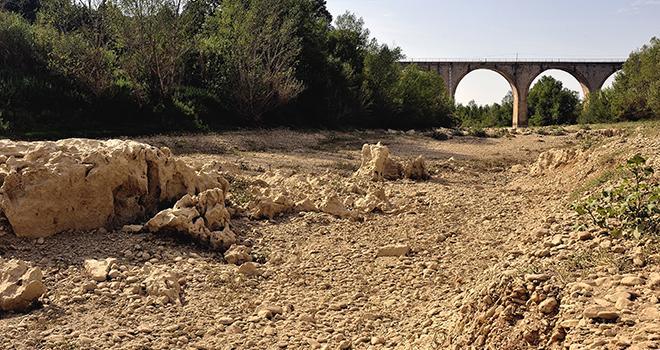 La sécheresse est telle que certaines rivières sont à sec (ici, le Gardon). Pour faire face, les arrêtés de restriction d'eau se multiplient. Photo : Gilles Paire/Adobe Stock