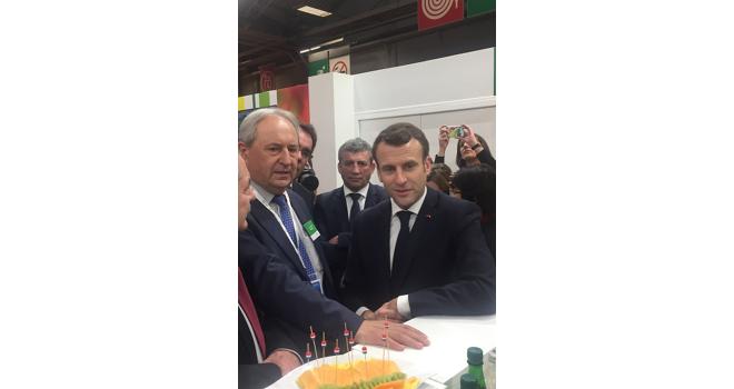Laurent Grandin (président d'Interfel) a profité de la visite d'Emmanuel Macron au Salon de l'agriculture pour présenter les propositions de la filière fruits et légumes frais. Photo : Interfel