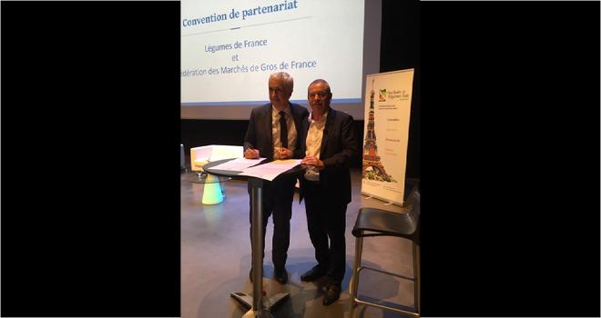 Stéphane Layani, PDG du marché international de Rungis, et Jacques Rouchaussé, président de Légumes de France, ont officialisé leur partenariat lors du congrès de Légumes de France qui s'est tenu à La Réunion. Photo : B.Bosi/Media&griculture