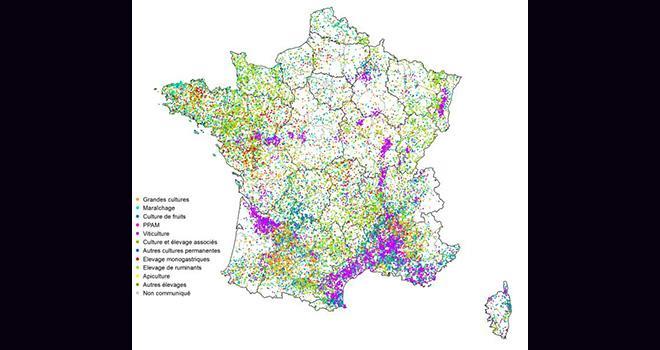 Carte indicative d'après les données recensées par l'organisme certificateur. Chaque point représente une exploitation engagée en agriculture biologique au 31 décembre 2013.