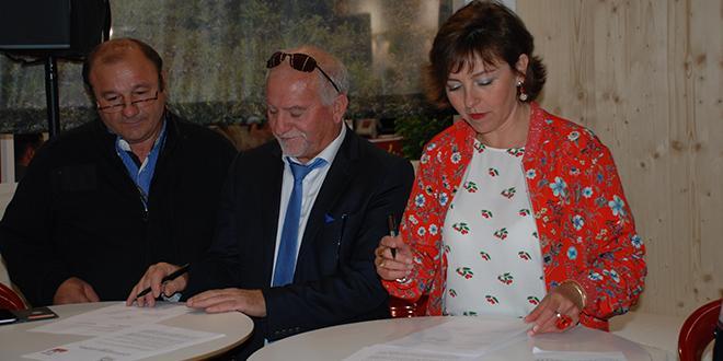 Signature de convention entre Christian Soler, président de la fédération des F&L d'Occitanie, et Michel Guallar, président de la chambre d'agricultures des Pyrénées-Orientales, en compagnie de la présidente de Région, Carole Delga.