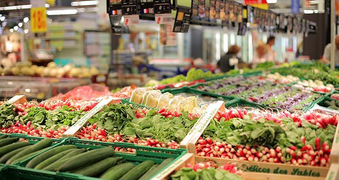 Le nombre de produits phytosanitaires utilisés sur les fruits et légumes frais pourrait être affiché en rayon à compter de 2023. Photo : Mike Fouque/Fotolia