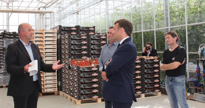 Emmanuel Macron a visité le Gaec de Roué, à Cléder (29), en présence de Marc Keranguéven, président de la Sica de Saint-Pol-de-Léon. CP : Sica