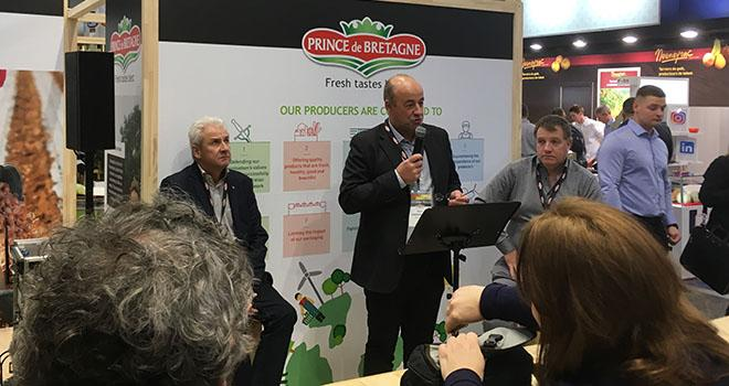 Le président du Cerafel, Marc Keranguéven, a présenté les nouveaux engagements de la marque Prince de Bretagne en termes de transparence et d'innovations lors d'une conférence au Salon Fruit Logistica de Berlin. Photo : Prince de Bretagne