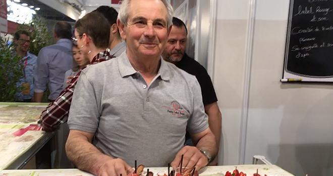 À l'occasion des 10 ans du label Rouge de la fraise, Philippe Blouin (président de la fraise label Rouge) a invité les visiteurs du Salon de l'agriculture à goûter des fraises du Lot-et-Garonne. Photo : b.bosi