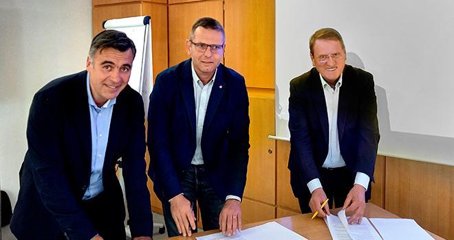 Signature du partenariat entre la Scaap et Euralis. De gauche à droite : Laurent Dubain, DG du pôle agricole Euralis ; Christophe Congues, président du groupe Euralis ; François Lafitte, président du groupe Scaap. Photo DR