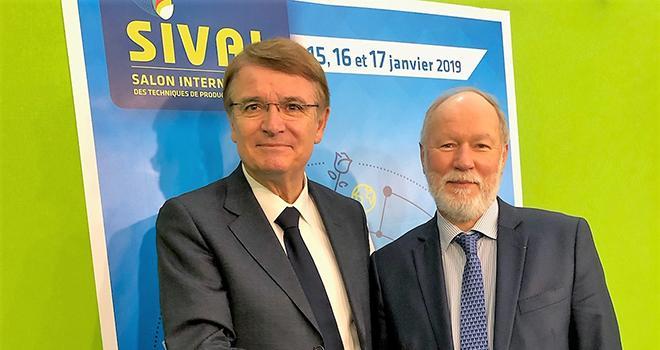 Renzo Piraccini, président de Macfrut (à gauche) et Bruno Dupont, président du Sival, lors de la signature du partenariat. Photo : Sival.