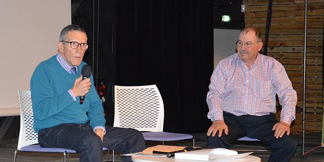 Roger Laroche, représentant la FCD et René Reynard, président de l'AOPn raisin de table échangent sur les atouts et enjeux du raisin de table en grande distribution.