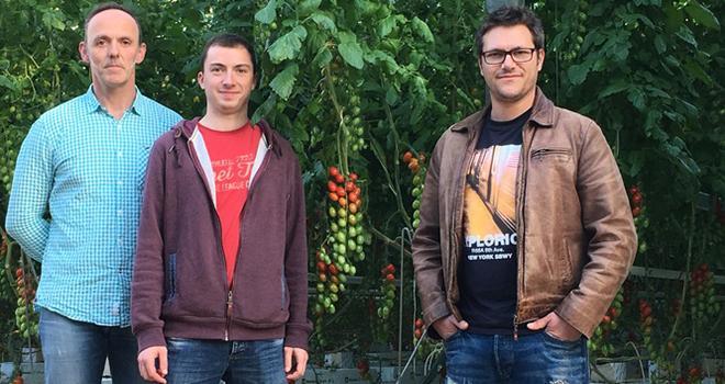 Ce projet permettra l'installation de deux jeunes agriculteurs, Simon et Geoffrey, aux côtés de Jacques, producteur de fruits et légumes depuis 28 ans. Photo : Miimosa