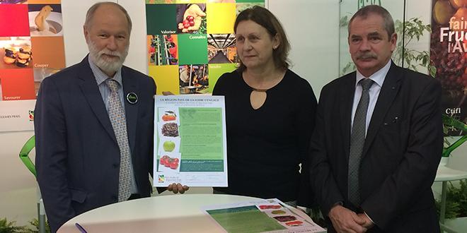 Bruno Dupont, président d'Interfel, Lydie Bernard, vice-présidente de la Région Pays de la Loire et Jacques Rouchaussé, président du CTIFL, lors de la signature du partenariat au Sival.