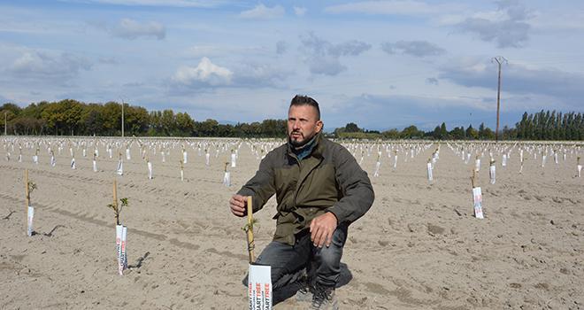 Vincent Fabre vient de s'installer récemment en tant qu'agriculteur en reprenant les terres familiales. Photo : C.Even/Pixel6TM