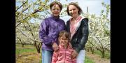 Pour sa campagne de com' 2015, l'AOP cerise de France a choisi quatre productrices pour défendre leur terroir. Sur la photo: Céline Sivignon, productrice dans les coteaux du Lyonnais, entourée de sa mère et de sa fille.