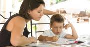 Dans chaque couple, un parent – même exploitant agricole – peut bénéficier d'un arrêt de travail pour garder ses enfants. Photo : AlcelVision/Adobe stock