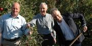 Marc Leprince Manager Enza Europe, James Kember, ambassadeur de la Nouvelle Zélande en France et Patrick Tessier, président de l'association française des producteurs de Jazz (de gauche à droite), plantent le 1 300 000e pommier Jazz.