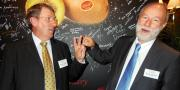 François Lafitte, président de Prim'Land, et Bruno Dupont, président d'Interfel, ont fêté les 20 ans de présence du Kiwi Oscar en Asie. Photo : Nathalie Ternois / Pixel Image