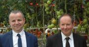 Jean-Denis Crenn et Michel Le Roux, respectivement président et directeur de la station du Caté, dans la nouvelle serre expérimentale. Photo : D. Bodiou/Pixel image