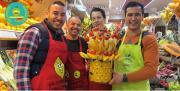 """Le primeur Atef Barbouche (à droite), gérant de La Ferme de Longchamp, à reçu le premier prix de la catégorie """"magasins et marchés couverts"""" à l'occasion du concours d'étalages organisé par l'UNFD et le CTIFL."""