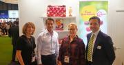 Aurélie Ferrieux (Agro Sélections Fruits), Burgert W. Van Dyk (Sapo Trust), Laurence Maillard (Agro Sélections Fruits) et Alfonso Rivera (Frutaria) à l'occasion de la signature du partenariat entre ASF et Sapo Trust. Photo : ASF